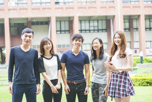 海外で日本語教師として働く30代男女