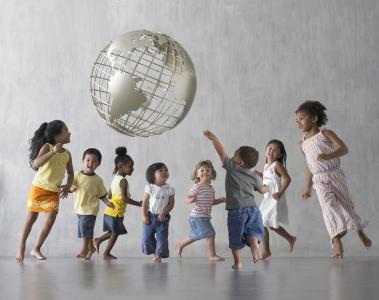 地球儀と子供たち